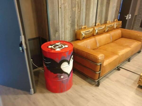 Bidon tagué avec graffitis : décor en salon