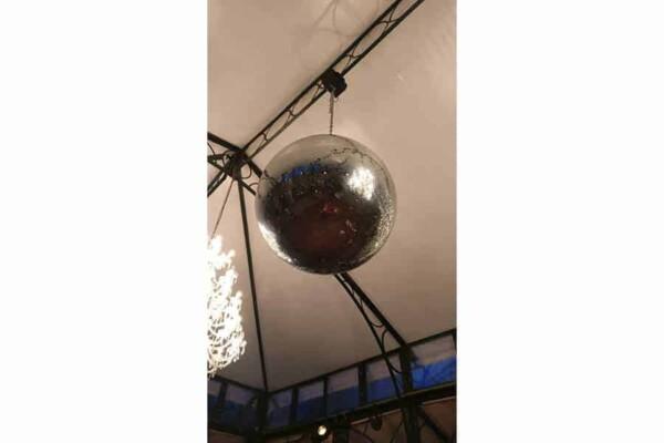 Boule à facettes 70cm : au plafond