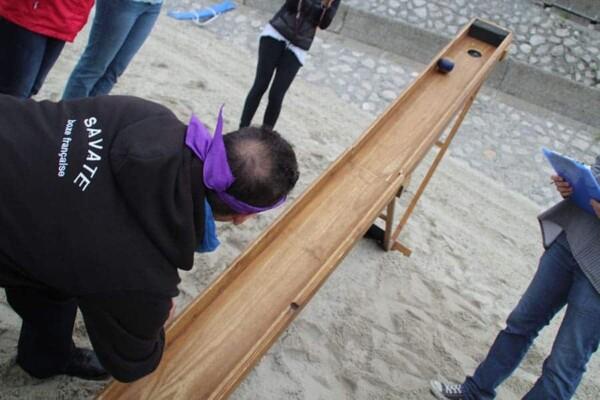 Boule à la pente : sur le sable