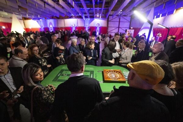 Casino - boule : la foule autour de la table