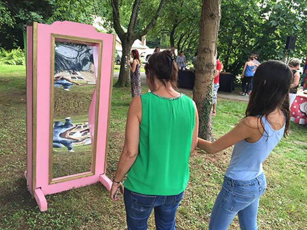 Challenge à la fête foraine : le miroir déformant