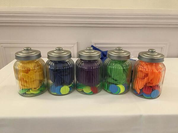 Challenge à la fête foraine : les bocaux de jetons