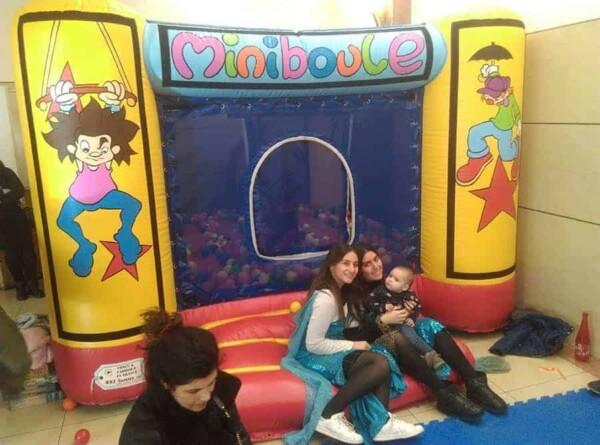 château gonflable miniboule : avec les filles