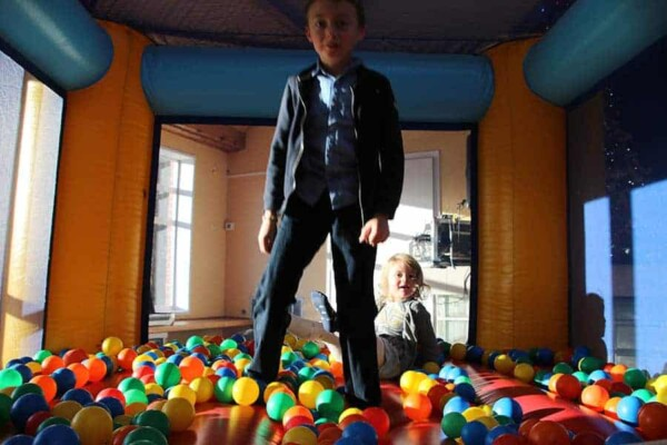 château gonflable miniboule : debout