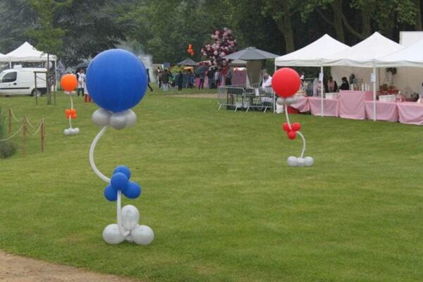 Colonne en ballons à ressort : sur l'herbe