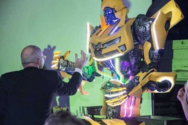 Robot Transformer : Bumblebee tape des mains