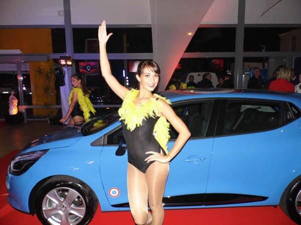 Danseuses : show devant la voiture