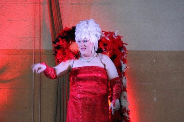 Dany Blue - Transformiste : avec les plumes
