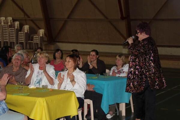 Dany Blue - Transformiste : près des tables