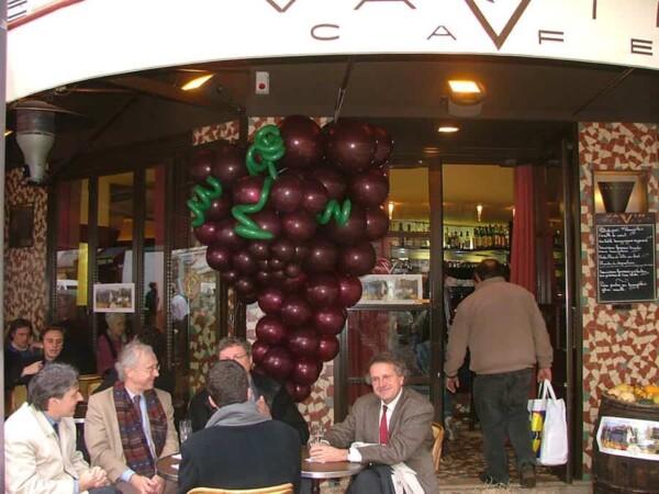 Grappe de raisin en ballon : dans un café
