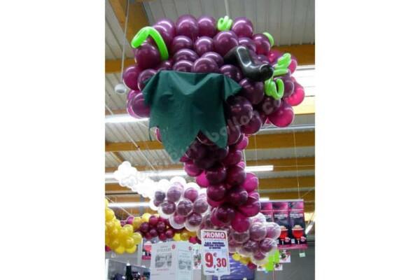 Grappe de raisin en ballon : fête du vin dans un magasin