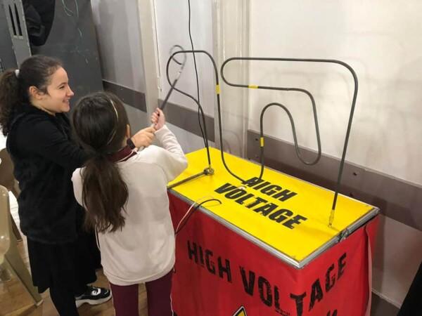 High voltage : une enfant avance bien