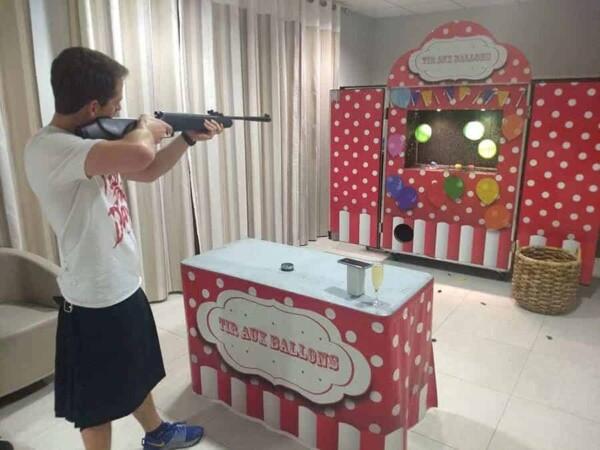 Tir aux ballons à la carabine : en action
