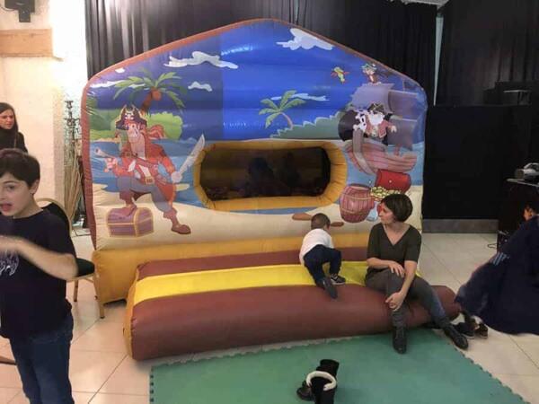 Château gonflable maison du pirate : avec enfants