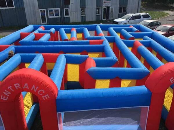 Labyrinthe gonflable géant : c parti