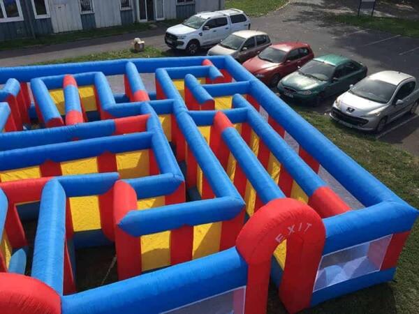 Labyrinthe gonflable géant : de haut