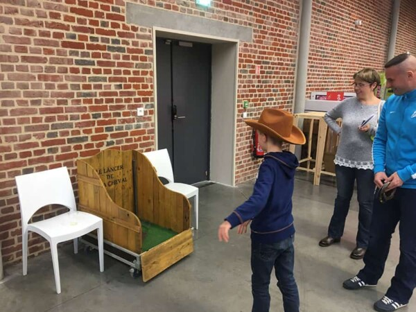 Lancer de fer à cheval : enfant en jeu