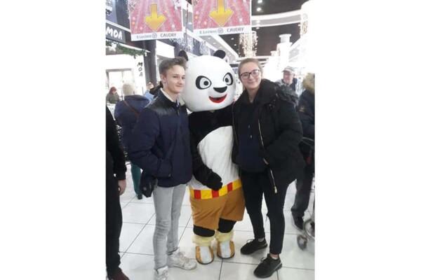 Mascotte kung fu Panda : bien entouré