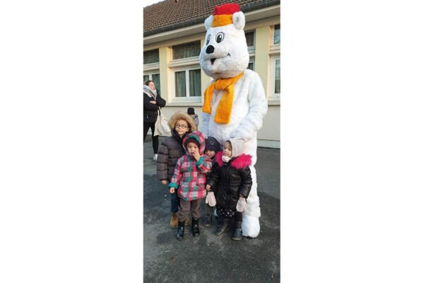 Mascotte Ours blanc de Noël : devant l'ecole