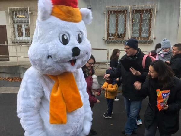 Mascotte Ours blanc de Noël : avec les enfants de l'école