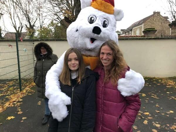 Mascotte Ours blanc de Noël : avec 2 filles