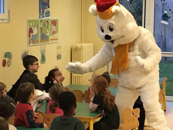 Mascotte Ours blanc de Noël : avec enfants