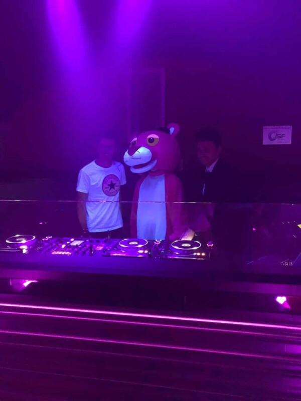 Mascotte Panthère Rose :avec les DJ