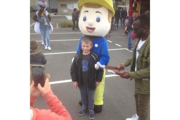 Mascotte Sam le Pompier : avec un enfant
