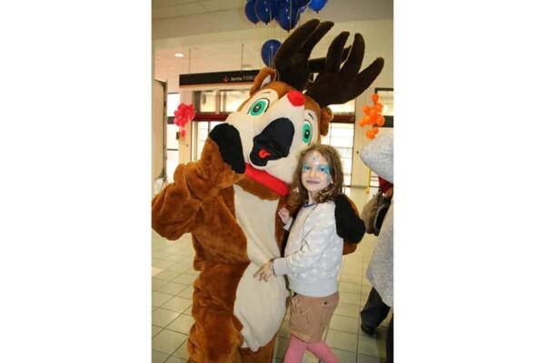Mascotte renne : avec fille