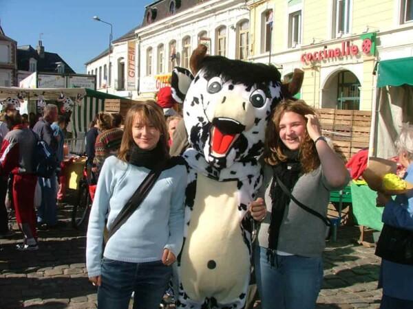 Mascotte vache : avec les filles