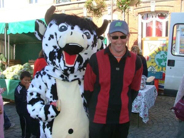 Mascotte vache : avec collèguee
