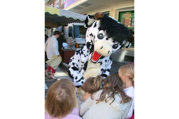 Mascotte vache : avec enfants