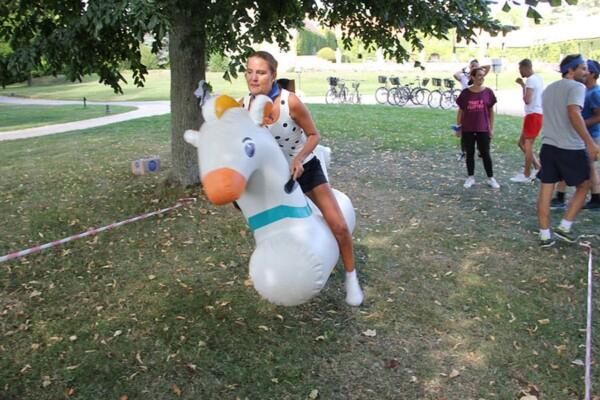 Olympiades gonflables : elle fonce à poney