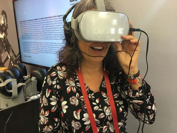 Réalité virtuelle : joueuse au salon