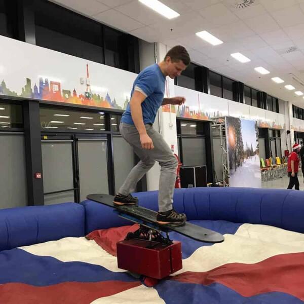 simulateur snowboard mécanique : il tient