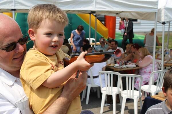 Tir aux Canards : un enfant en pleine action