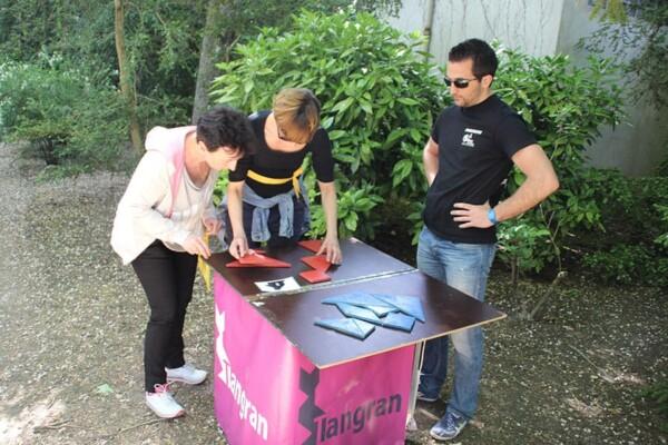 Tangran : 2 joueuses avec l'arbitre