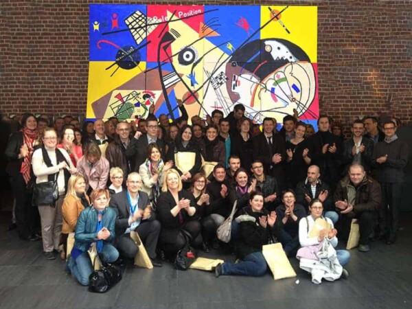 Team building Art Building : ils posent devant la toile