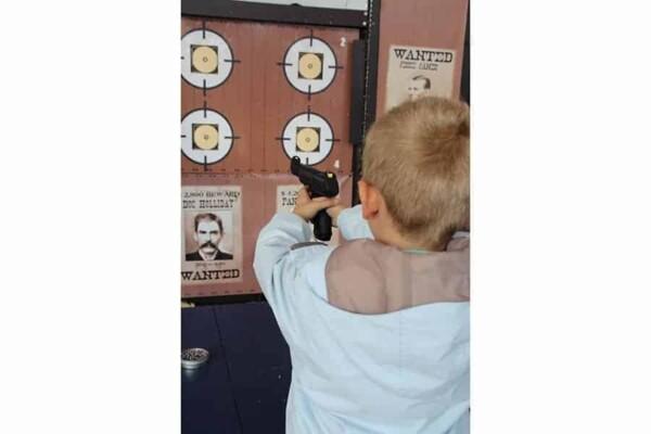 Tir au revolver : enfant