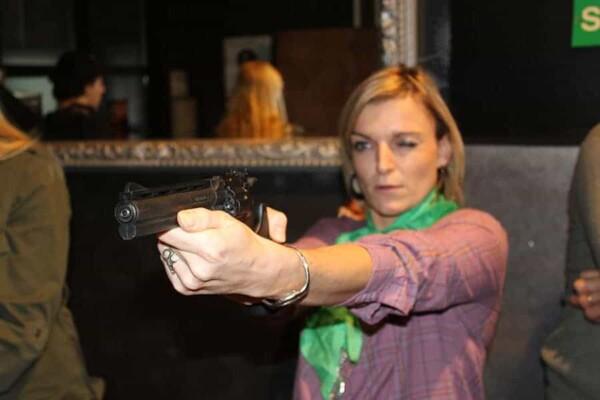 Tir au revolver : jolie blonde