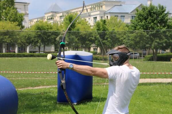 Tournoi d'archery tag : il vise