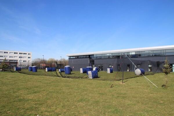 Tournoi de Paintball : terrain avec filet
