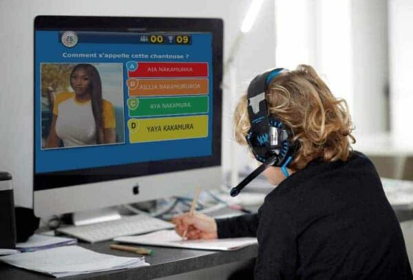 Joueuse au virtual quizz