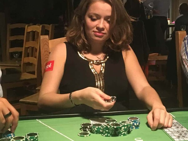 casino poker texas hold'em : une joueuse