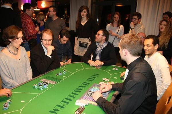 casino poker texas hold'em : le croupier et les joueurs