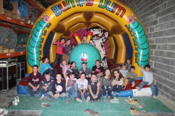 château gonflable Chenille : photo de groupe
