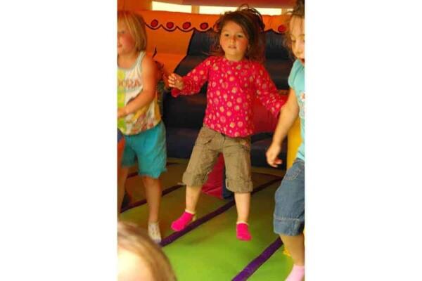 château gonflable Circus : fille au rebond