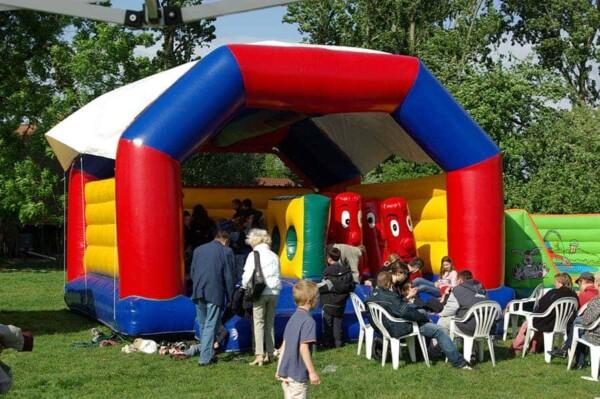 château gonflable multi jeux géant : plein d'enfants