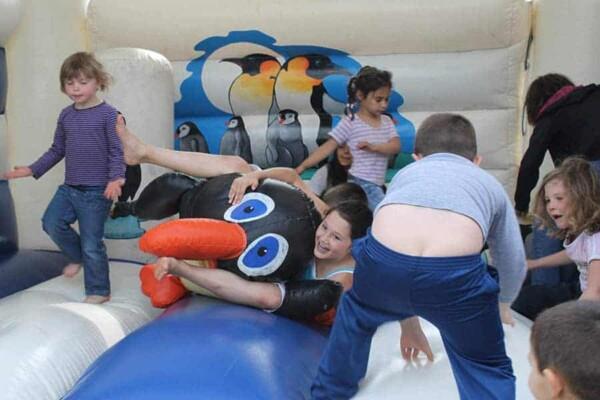 château gonflable pingouin : le pingouin écrasé