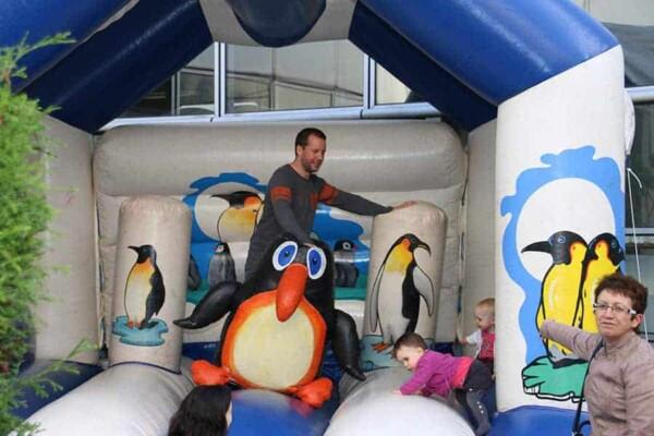 château gonflable pingouin : ça joue